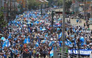 MILES DE CIUDADANOS MARCHAN EN RECHAZO A LA CORRUPCIÓN EN GUATEMALA